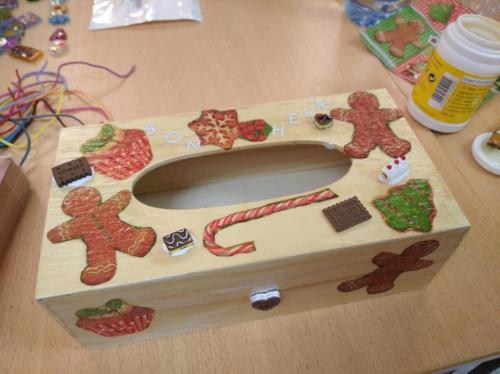 boîte à mouchoir décorée avec différents collages